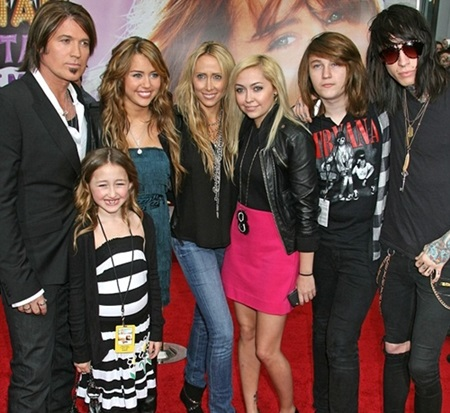 Miley Cyrus Family Picture Sisters And Brothers Names