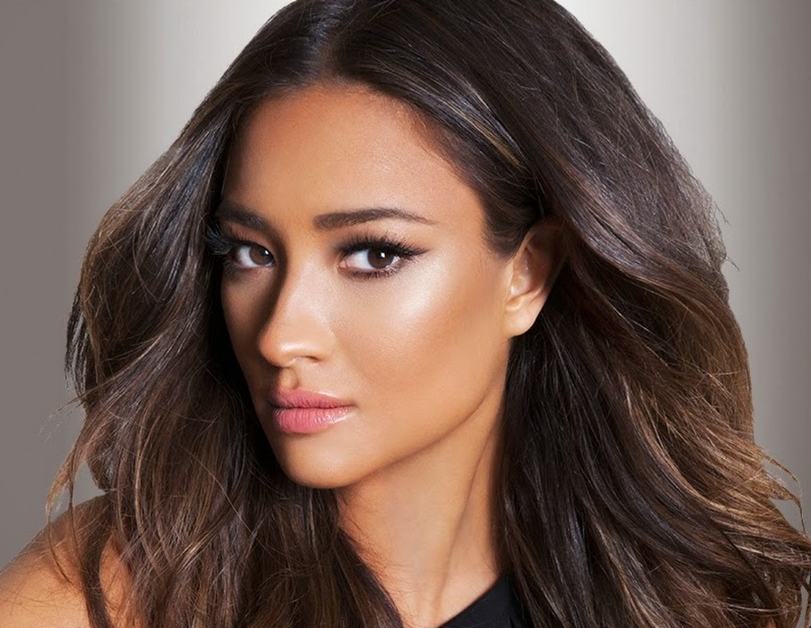 Shay Mitchell Family Photos, Boyfriend, Siblings, Parents, Age, Height