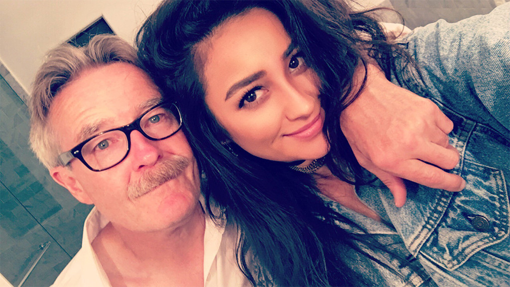 Shay Mitchell Family Photos, Boyfriend, Siblings, Parents, Age,