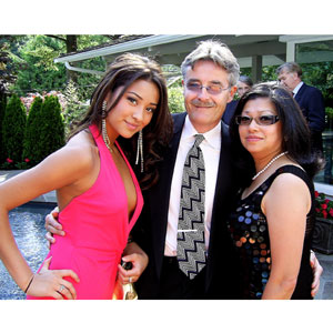 Shay Mitchell Family Photos, Boyfriend, Siblings, Parents, Height