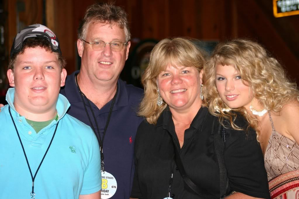 Taylor Swift Family Photos, Siblings, Parents, Husband, Height