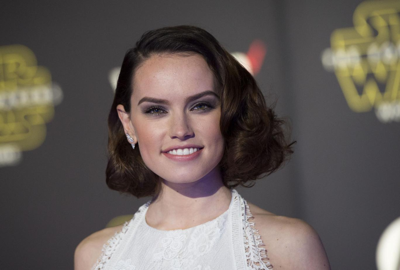 Daisy Ridley Family Photos, Father, Mother, Sister, Age, Height, Net Worth.,